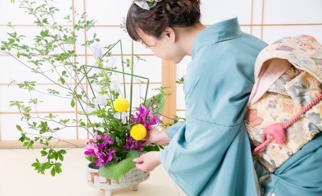 生け花をする着物姿の女性イメージ画像